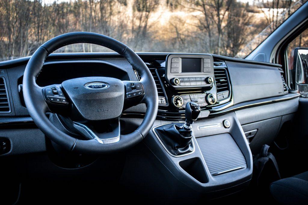 Palubná doska v modeli Tourneo Custom prekvapuje materiálmi i ergonómiou