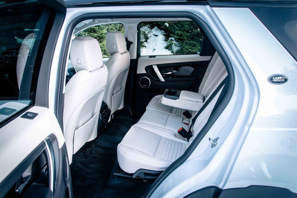 Veľmi slušný cestovný komfort panuje aj v druhom rade modelu Land Rover Discovery Sport