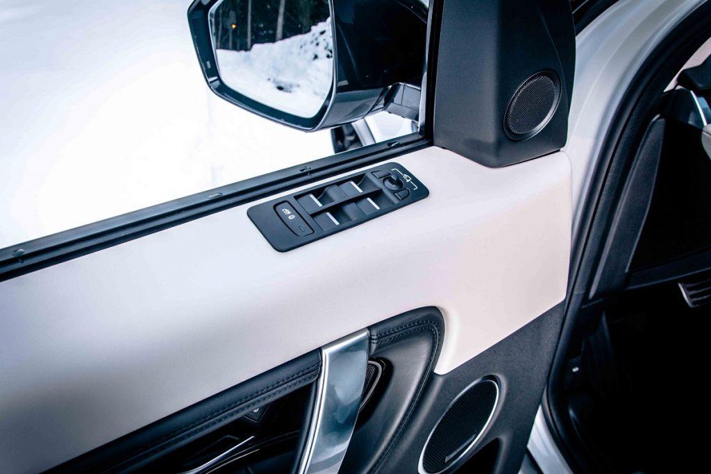 Ne-ergonomickou tradíciou je umiestnenie panelu s ovládaním okien na hornej hrane dverí