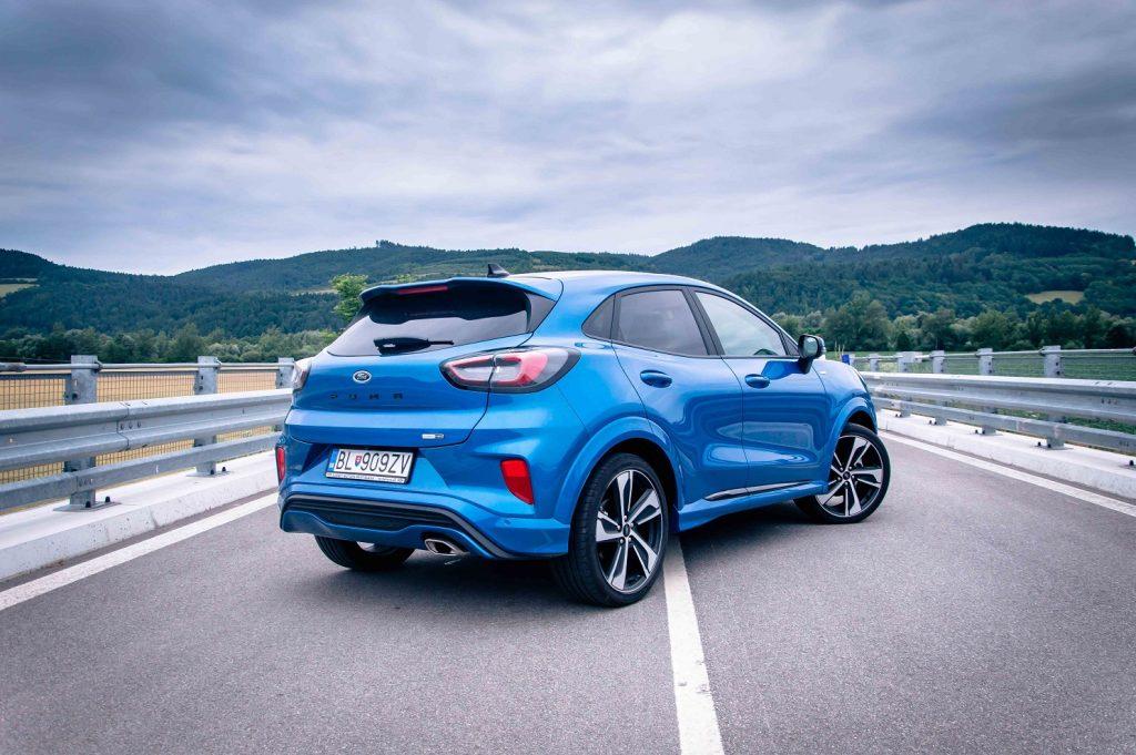 Vizuálnou dominantou testovaného modelu Ford Puma sú nielen efektné 19 palcové kolesá ale aj prenikavá modrá metalíza