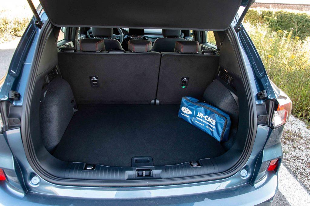 Veľmi dobre navrhnutý batožinový priestor pojme v základe až 612 litrov