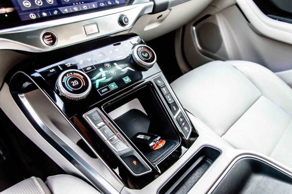 Detail spodnej dotykovej obrazovky slúžiacej prioritne na klimatizáciu a ovládanie režimov jazdy