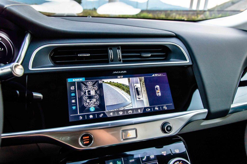 Takmer všetky funkcie vozidla sa ovládajú prostredníctvom dotykových obrazoviek