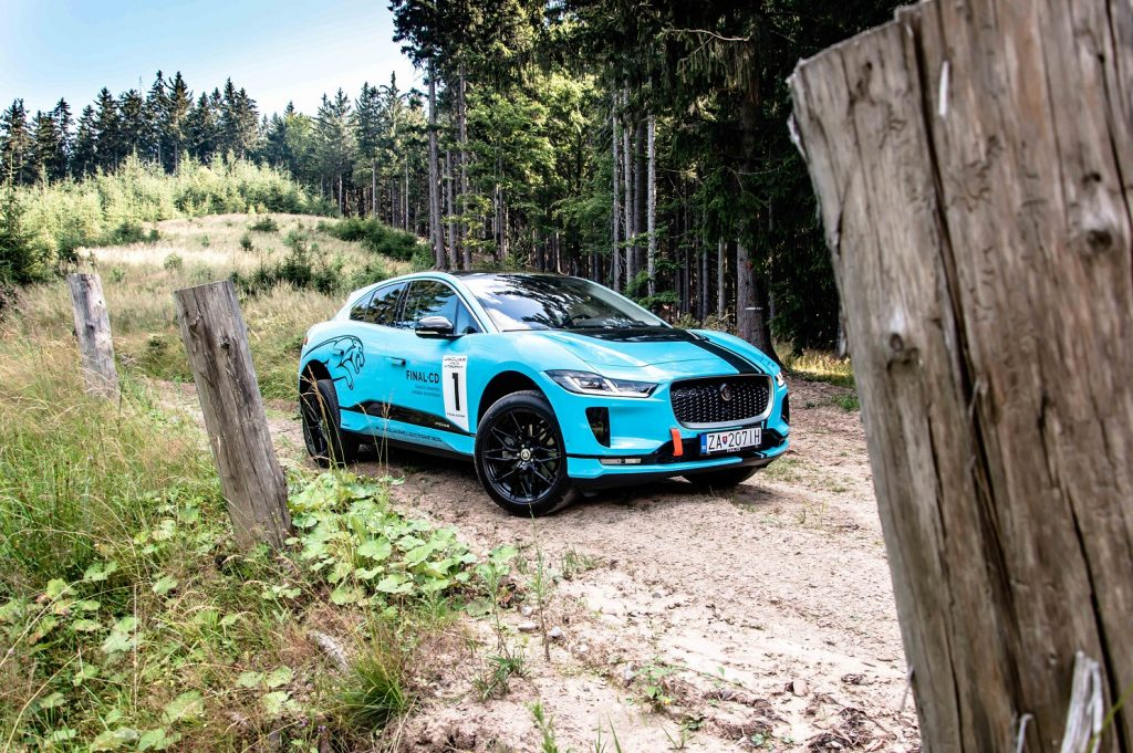 Aj keď Jaguar I-Pace nie je prioritne skonštruovaný mimo spevnené cesty s ľahkým terénom si vďaka pohonu všetkých kolies hravo poradí