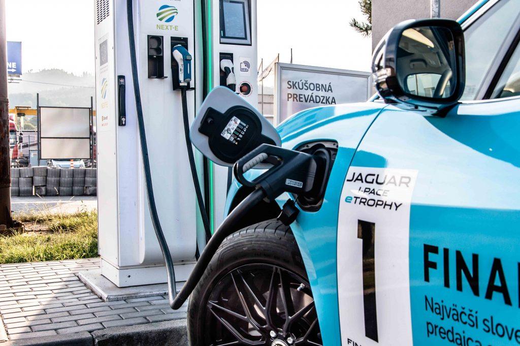 """Elektrická energia do 90 kWh batérie sa """"tankuje"""" prostredníctvom konektoru ukrytom v ľavom prednom blatníku"""