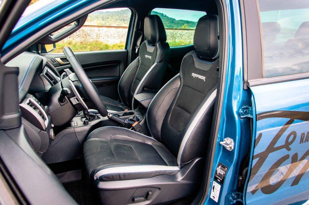 Aj keď predným sedačkám nechýba náznak bočného vedenia, prioritne sú hlavne pohodlné