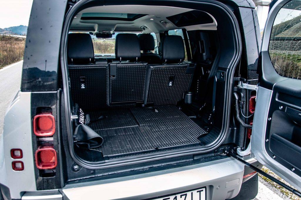 Prístup do batožinového priestoru zabezpečujú masívne krídlové dvere